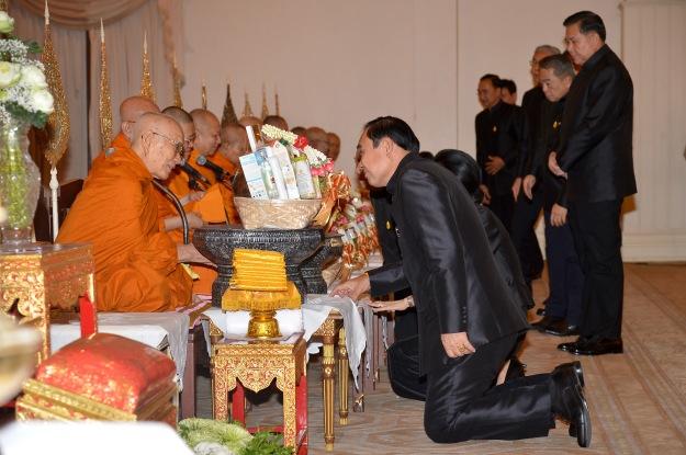 » พิธีทำบุญตักบาตรพระสงฆ์เนื่องในพระราชพิธีทรงบำเพ็ญพระราชกุศลสตมวาร (100 วัน) ณ ทำเนียบรัฐบาล 20 มกราคม 2560 - thaigov
