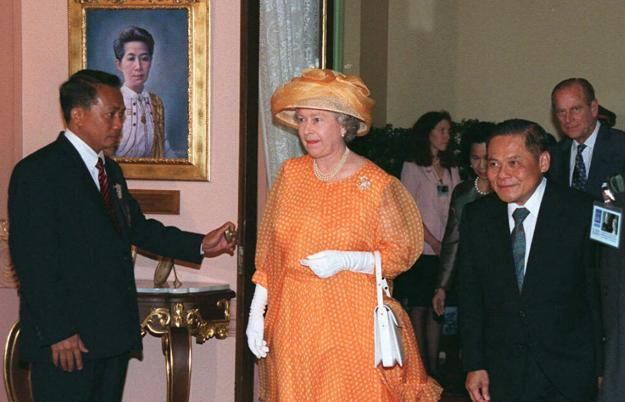 FILE - In this Oct. 29, 1996 file photo, then Thai Prime Minister Banharn Silpa-archa, right, walks with Britain's Queen Elizabeth II