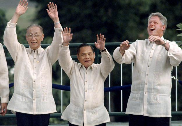 FILE - In this Nov. 25, 1996, file photo, then Thai Prime Minister Banharn Silpa-archa, centre, then U.S. President Bill Clinton