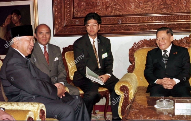 INDONESIAN PRESIDENT SUHARTO TALKS WITH BANHARN SILPA ARCHA